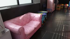 mini cheesterfield dans la salle de jeux d enfants.